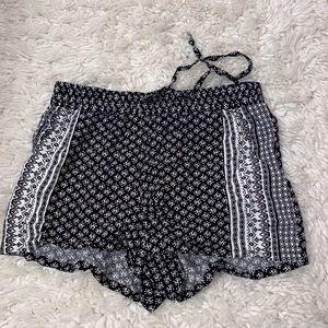 Juniors black/white patterned shorts